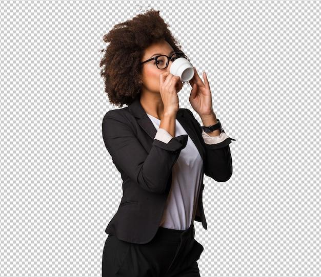 Zakelijke zwarte vrouw koffie drinken