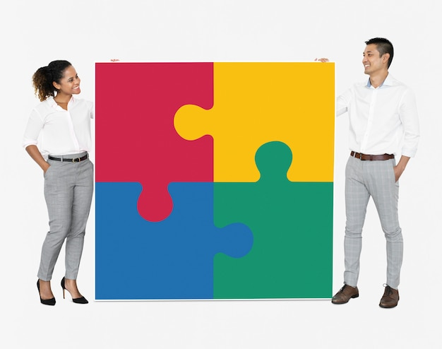 Zakenlui die puzzelstukken verbinden