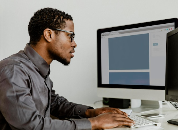 Zakenman die aan een computerschermmodel werkt