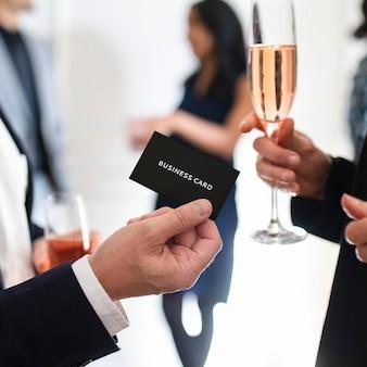 Zakenman die een visitekaartjemodel overhandigt