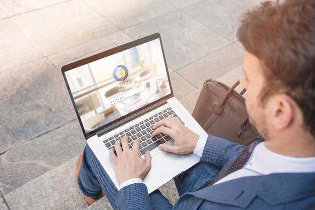 Zakenman die laptop model met behulp van