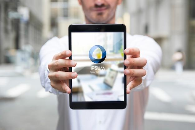 Zakenman die tabletmodel met behulp van