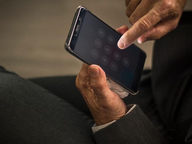 Zakenman met behulp van zijn mobiele telefoon