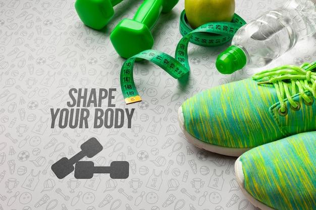 Zapatos de clase de fitness y botella de agua.