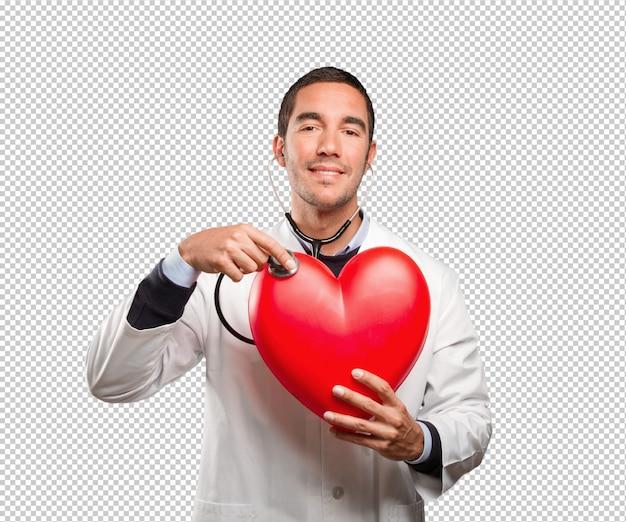 Zekere arts die een stethoscoop met behulp van tegen witte achtergrond