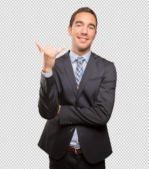 Zekere jonge zakenman die een vraaggebaar doet