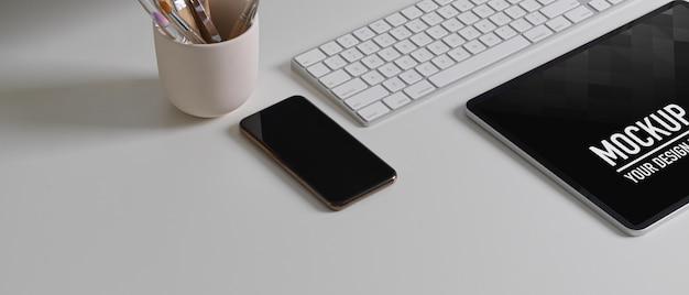 Zijaanzicht van bureau met tabletmodel