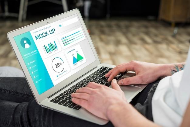 Zijaanzicht van de mens aan het werk op laptop