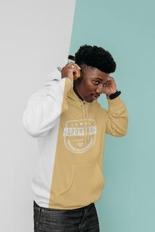 Zijaanzicht van stijlvolle man in hoodie met koptelefoon