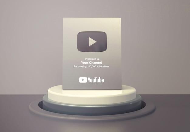 Zilveren afspeelknop youtube op ronde podiumvoetstuk mockup