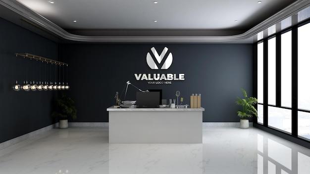 Zilveren bedrijfsmuurlogomodel in de minimalistische managerkamer