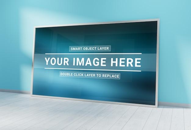 Zilveren fotolijst leunend in blauwe interieur mockup