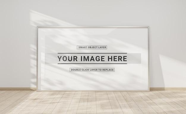Zilveren frame leunend in interieur mockup