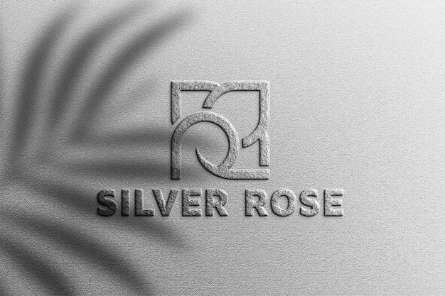 Zilveren logo mockup met plantenschaduw