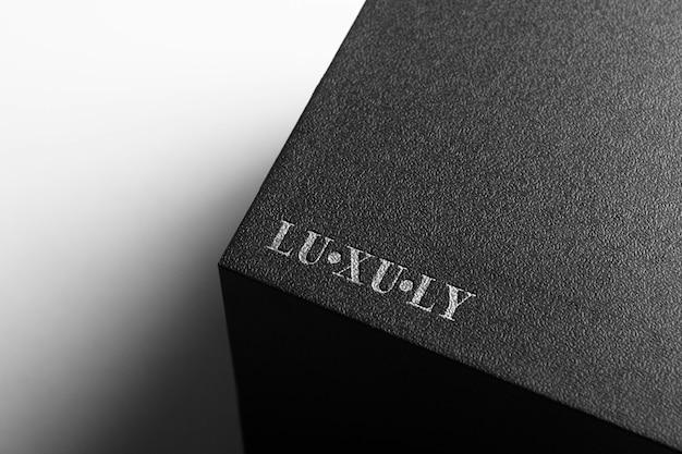 Zilveren logo mockup op zwarte doos