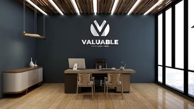 Zilveren logomodel in kantoormanagerkamer met houten thema-interieurontwerp