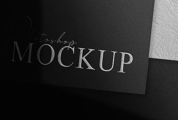 Zilveren metalen logo in reliëf gemaakt ontwerp zakelijk zwart documentmodel