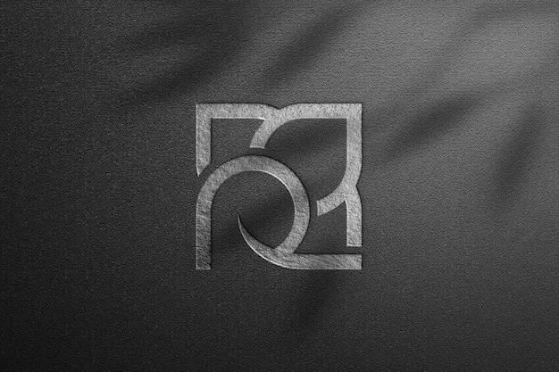 Zilveren roos logo mockup op donker papier