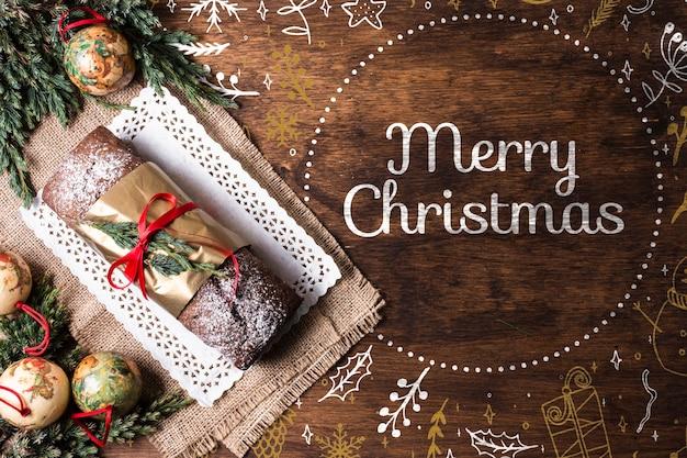 Zoet brood op dienblad dat op kerstmis wordt voorbereid