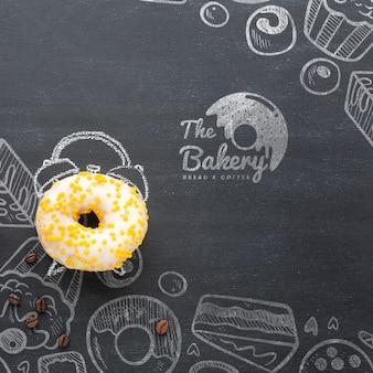 Zoete bestrooide doughnut met model