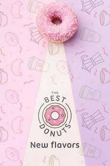 Zoete roze doughnut met model