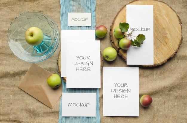Zomer briefpapier mockup kaarten instellen bruiloft uitnodiging met appels, blauwe loper, op beige