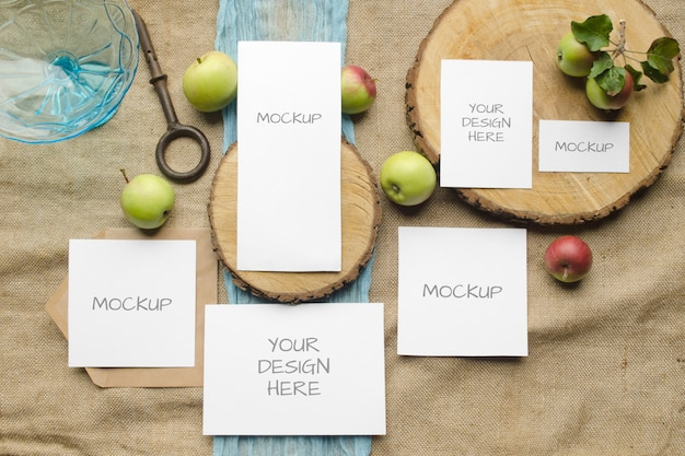 Zomer briefpapier mockup kaarten instellen huwelijksuitnodiging met appels, blauwe loper, op een beige ruimte in rustieke stijl en natuurlijk