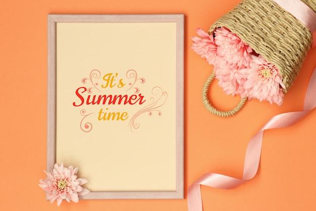 Zomer mockup fotolijst met lint en mand met bloemen