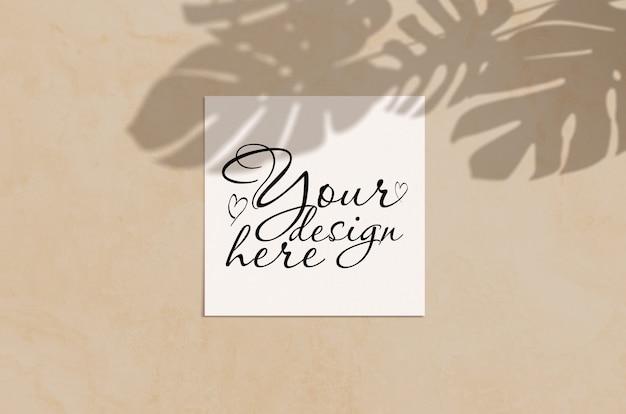 Zomer moderne zonlicht briefpapier mockup scène. plat lag bovenaanzicht lege wenskaart met monstera blad schaduw overlay