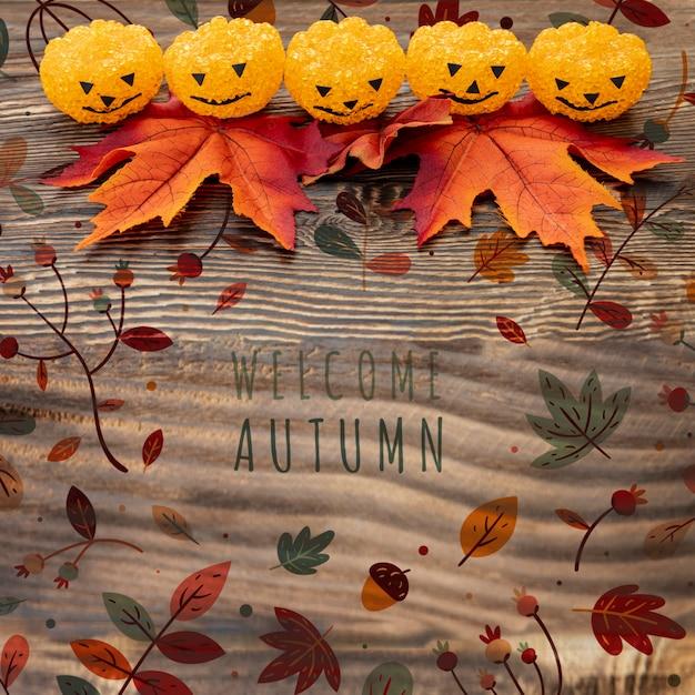 Zucche divertenti di halloween con foglie secche