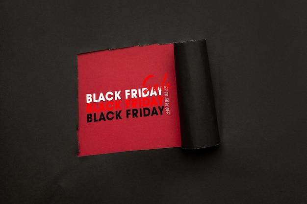 Zwart gescheurd papier en het mockup van de tekst zwarte vrijdagverkoop