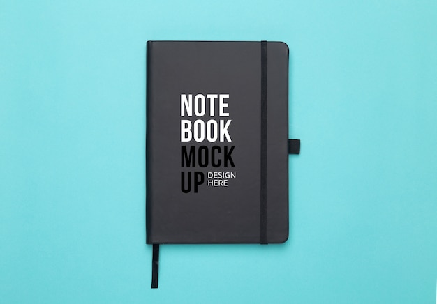 Zwart notitieboek mockup sjabloon voor uw ontwerp op blauw