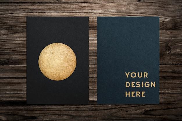 Zwart papier set mockup op houten achtergrond