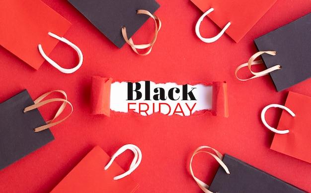Zwart vrijdagconcept op rode achtergrond