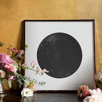 Zwart-wit framemodel bij een boeket bloemen