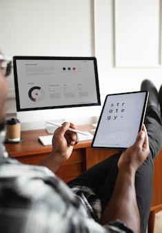 Zwarte man die een digitaal tabletmodel gebruikt