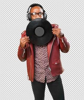 Zwarte man met een vinyl