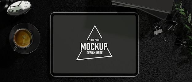Zwarte tafel bovenaanzicht tablet leeg scherm koffie kantoorbenodigdheden zwarte werkruimte zwarte achtergrond