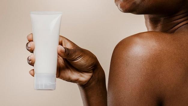 Zwarte vrouw met een containermodel