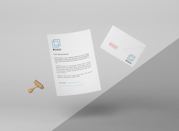 Zwevende papieren mockup en stempel