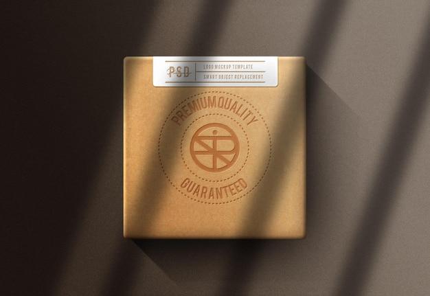 04maquette de boîte en gros plan avec de l'or en relief
