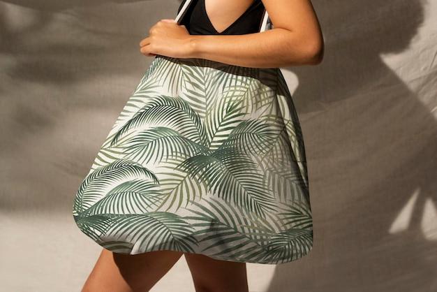 Accessoire de maquette psd de sac fourre-tout fleuri vert