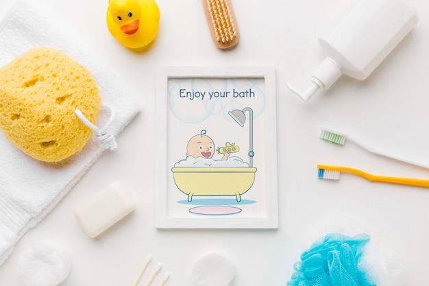 Accessoires de bain vue de dessus avec cadre photo