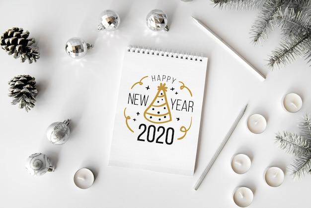 Accessoires de fête en argent pour le nouvel an et maquette du bloc-notes