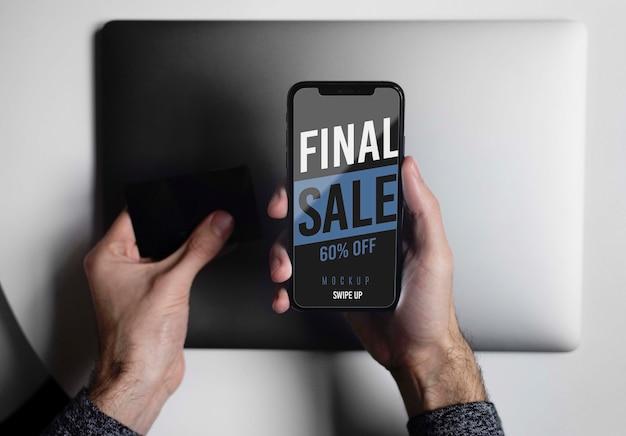Achats en ligne sur le concept d'ordinateur portable et de téléphone