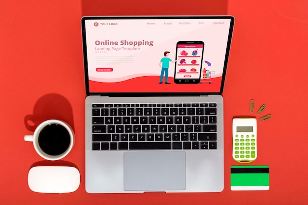 Achats en ligne sur ordinateur portable avec café à côté