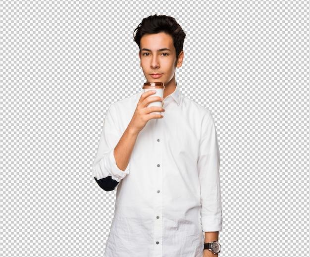 Adolescent buvant un café