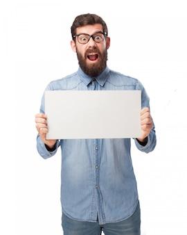 Adolescent drôle avec un panneau blanc