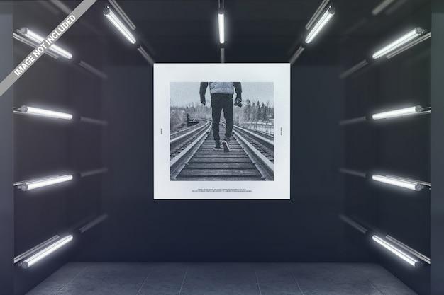 Affiche carrée dans la maquette de la salle d'exposition rougeoyante