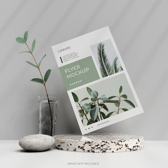Affiche de flyer minimaliste propre avec des feuilles de roche dans une maquette de vase